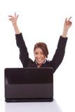 Donna di affari nei jubilates dell'ufficio allo scrittorio Immagine Stock Libera da Diritti