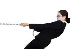 Donna di affari nel controllo isolato nel bianco Immagini Stock