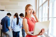 Donna di affari nel corso della riunione con il suo gruppo start-up Fotografia Stock