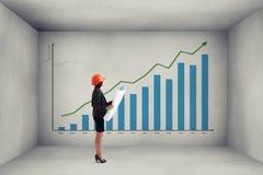 Donna di affari nel modello della tenuta di usura convenzionale Immagini Stock Libere da Diritti