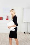 Donna di affari nel nero Fotografia Stock