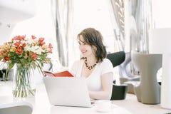 Donna di affari nel posto di lavoro nell'ufficio Fotografia Stock