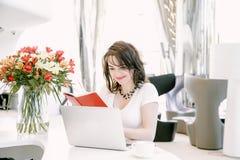 Donna di affari nel posto di lavoro nell'ufficio Fotografie Stock Libere da Diritti