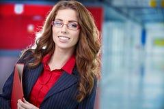 Donna di affari nell'interno di vetro Fotografie Stock