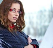 Donna di affari nell'interno di vetro Fotografia Stock