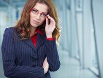 Donna di affari nell'interno di vetro Immagini Stock Libere da Diritti