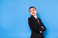 Donna di affari nell'usura convenzionale su fondo blu Fotografia Stock Libera da Diritti