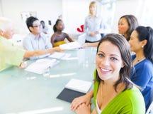Donna di affari nella conferenza con i soci Immagini Stock