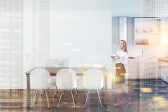 Donna di affari nella sala da pranzo bianca, tavola di legno Immagine Stock Libera da Diritti