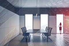 Donna di affari nella sala riunioni dell'ufficio immagini stock
