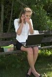 Donna di affari nella sosta; scossa Fotografie Stock