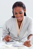 Donna di affari nera che per mezzo di un calcolatore Fotografia Stock Libera da Diritti