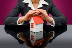 Donna di affari o agente immobiliare e tenere una casa di modello immagine stock
