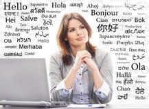 Donna di affari o insegnante in ufficio Lingue di mondo differenti Fotografie Stock Libere da Diritti