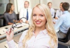 Donna di affari o segretario sorridente in ufficio Fotografia Stock Libera da Diritti