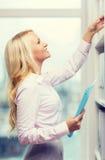 Donna di affari o segretario sorridente in ufficio Immagini Stock