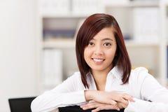 Donna di affari o studente asiatica amichevole sorridente Fotografia Stock