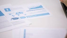 Donna di affari o studente con il pc della compressa delle carte stock footage