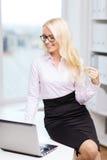 Donna di affari o studente sorridente con il computer portatile Immagini Stock