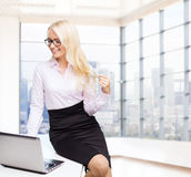 Donna di affari o studente sorridente con il computer portatile Fotografia Stock Libera da Diritti