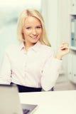 Donna di affari o studente sorridente con il computer portatile Immagine Stock