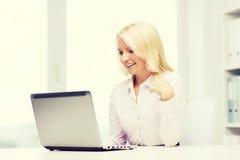 Donna di affari o studente sorridente con il computer portatile Fotografie Stock Libere da Diritti