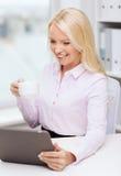 Donna di affari o studente sorridente con il pc della compressa Immagini Stock
