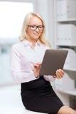 Donna di affari o studente sorridente con il pc della compressa Fotografie Stock Libere da Diritti
