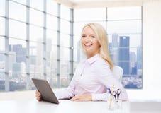 Donna di affari o studente sorridente con il pc della compressa Fotografia Stock
