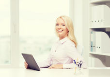 Donna di affari o studente sorridente con il pc della compressa Immagini Stock Libere da Diritti