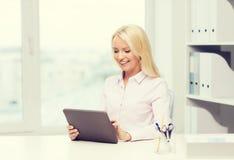 Donna di affari o studente sorridente con il pc della compressa Fotografia Stock Libera da Diritti