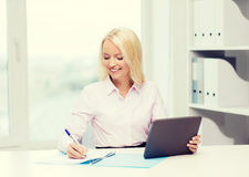 Donna di affari o studente sorridente con il pc della compressa Immagine Stock Libera da Diritti