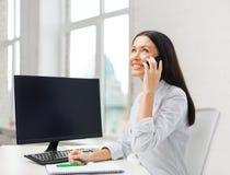 Donna di affari o studente sorridente con lo smartphone Fotografia Stock Libera da Diritti