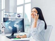 Donna di affari o studente sorridente con lo smartphone Fotografie Stock Libere da Diritti