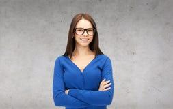 Donna di affari o studente sorridente in vetri Fotografie Stock