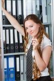 Donna di affari occupata con il dispositivo di piegatura Fotografie Stock