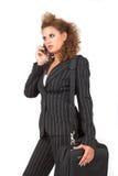 Donna di affari, parlante sul suo telefono delle cellule Immagine Stock