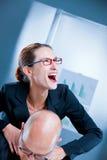 Donna di affari pazza che strangola un uomo Immagine Stock Libera da Diritti