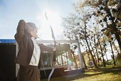 Donna di affari Pointing The Target con l'arco e la freccia immagini stock libere da diritti
