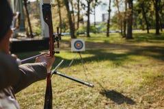 Donna di affari Pointing The Target con l'arco e la freccia immagine stock libera da diritti