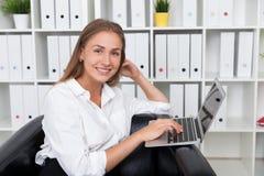 Donna di affari in poltrona Immagine Stock