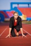 Donna di affari pronta a sprintare fotografie stock libere da diritti