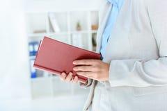 Donna di affari Reading Book Fotografie Stock Libere da Diritti