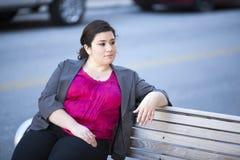 Donna di affari - rilassandosi su un banco Fotografia Stock
