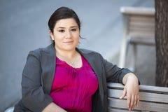 Donna di affari - rilassandosi su un banco Fotografia Stock Libera da Diritti