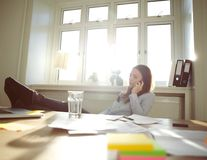 Donna di affari rilassata che parla sull'ufficio del telefono cellulare a casa Immagine Stock Libera da Diritti