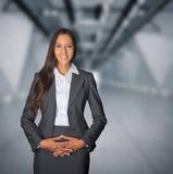 Donna di affari schiva con un sorriso d'accoglienza Immagine Stock Libera da Diritti