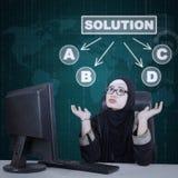 Donna di affari sconcertante per scegliere soluzione Fotografia Stock Libera da Diritti