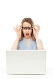 Donna di affari scossa che esamina computer portatile Fotografia Stock
