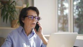 Donna di affari senior in vetri e camicia blu archivi video